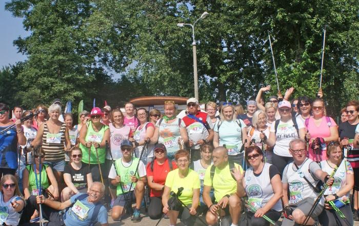uczestnicy-rajdu-nordic-walking