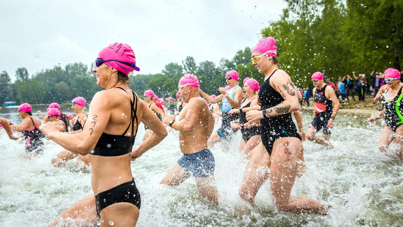 zawodnicy-wbiegający-do-wody