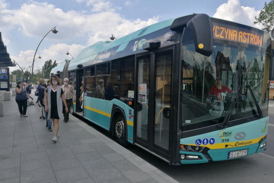 autobus-na-przystanku