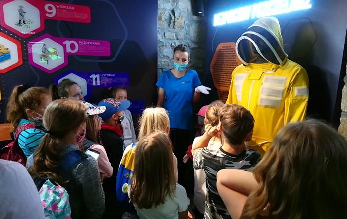 Dzieci oglądają strój pszczelarza