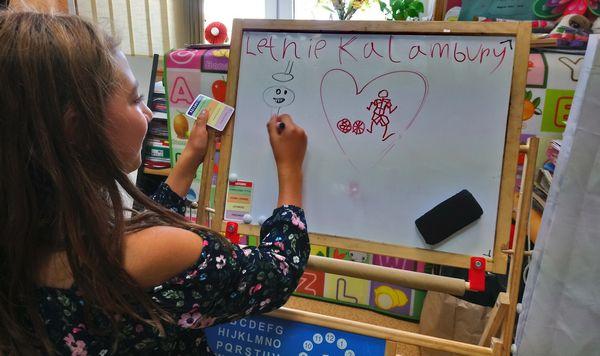 Wega Kalambury dziewczynka - rysuje obrazek